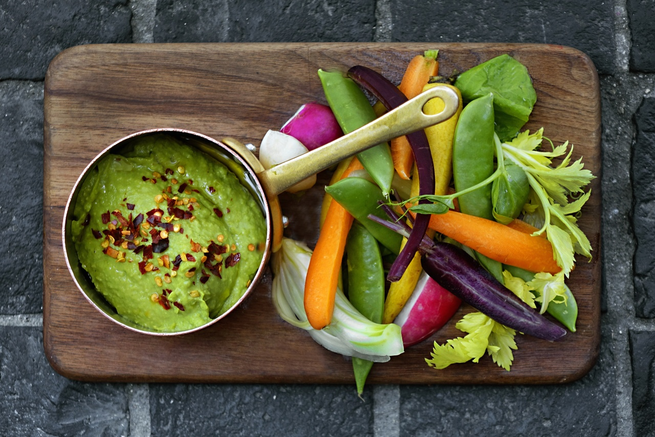 Avocado and chickpea dip with crudité